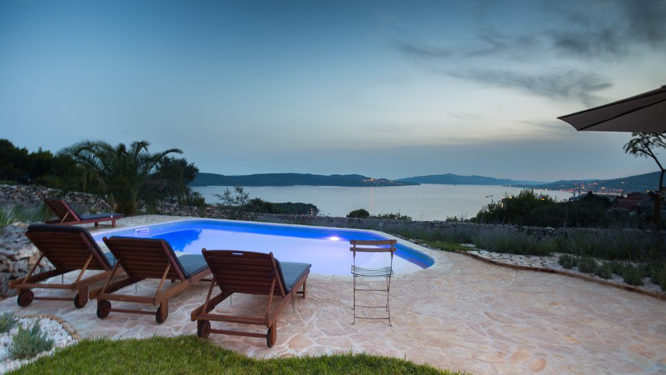 LUXURY VILLA WITH SWIMMING POOL AND INCREDIBLE VIEW