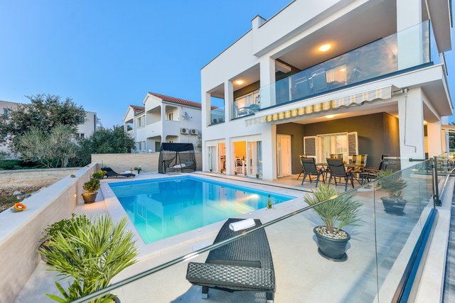LUXURY VILLA WITH POOL, 20 METERS FROM THE SEA, IN ZATON
