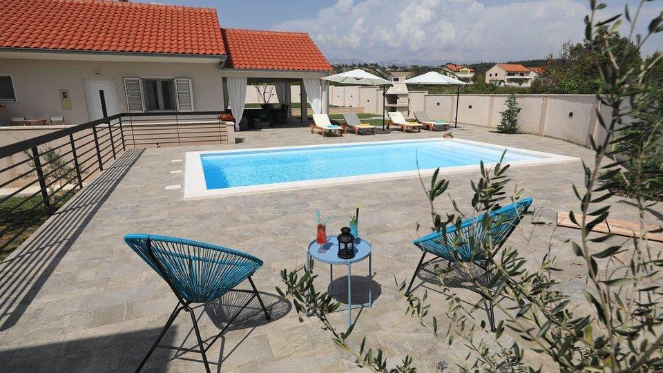 Interesantna kuća s bazenom samo 50 m od mora.