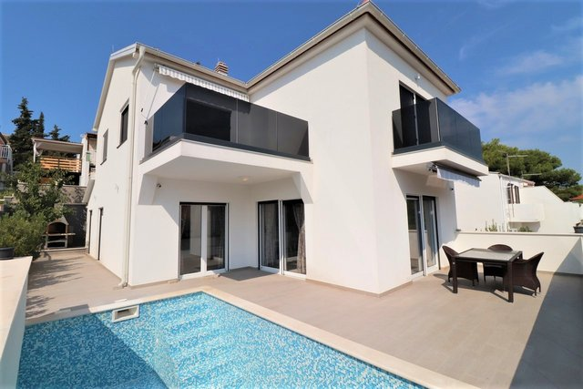 Modern villa with pool in the heart of Rogoznica