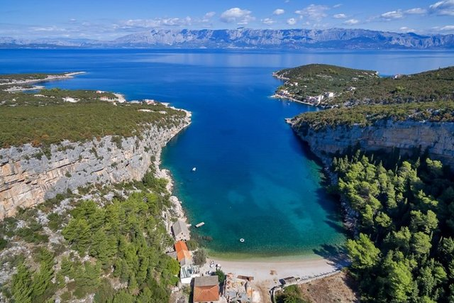BUILDING LAND PLOT ON THE ISLAND OF HVAR, FIRST ROW BY THE SEA