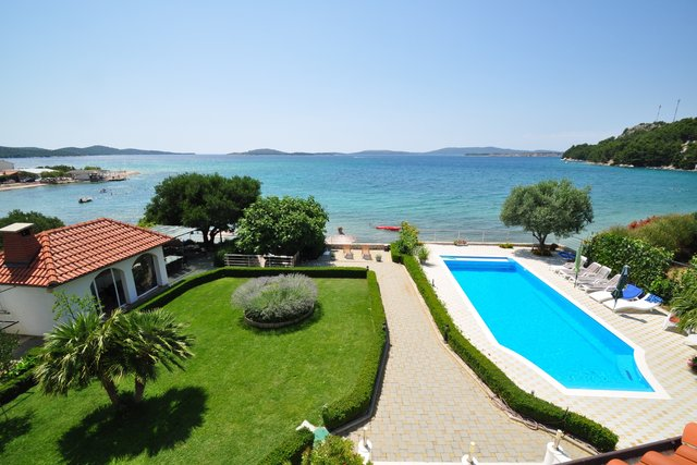 BEAUTIFUL VILLA IN THE FIRST ROW FROM THE SEA, WITH A WONDERFUL GARDEN AND HEATED OUTDOOR POOL