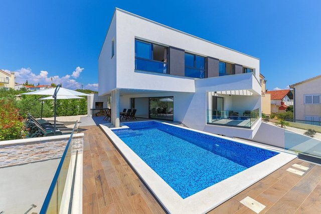 MODERN VILLA IN A GREAT LOCATION WITH SPACIOUS TERRACE AND OUTDOOR SWIMMING POOL