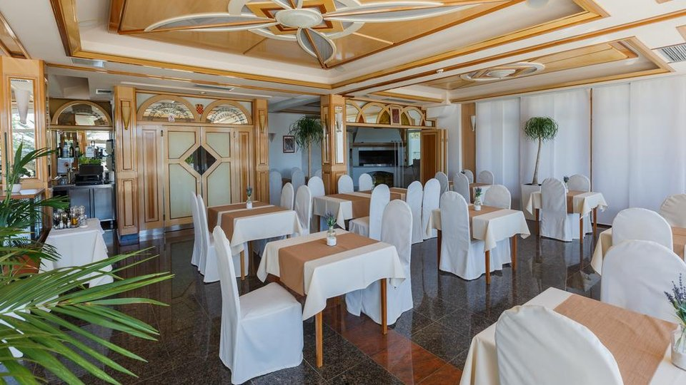 Hotel, 1600 m2, For Sale, Kaštel Lukšić