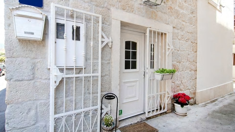 UNIQUE RENOVATED STONE HOUSE WITH TWO APARTMENTS IN THE CENTER OF KAŠTEL LUKŠIĆ!