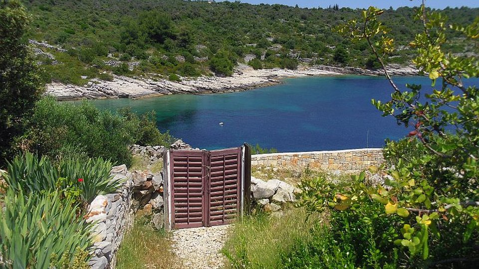 Complete privacy - seafront house in a secluded bay with crystal-clear water!