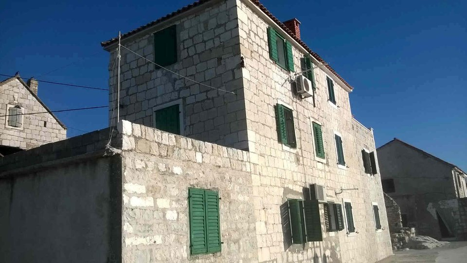 Wonderful palazzo-type building by the sea for renovation, Kastela