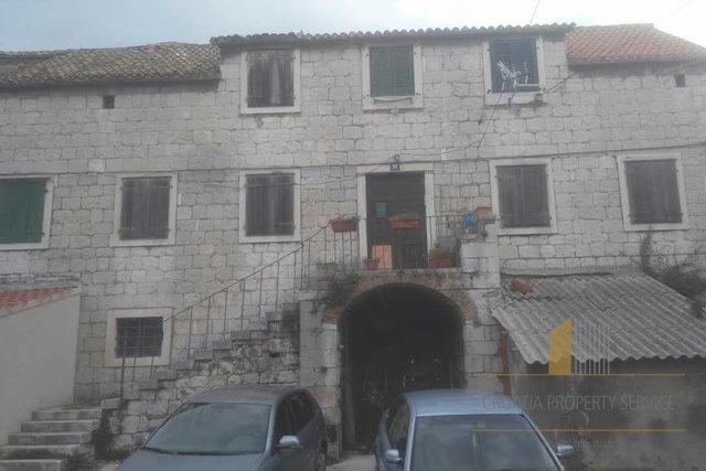 Zgrada za renovaciju, dostatna za 5-6 stanova u centru Splita za rekonstrukciju - fantastična investicijska nekretnina!