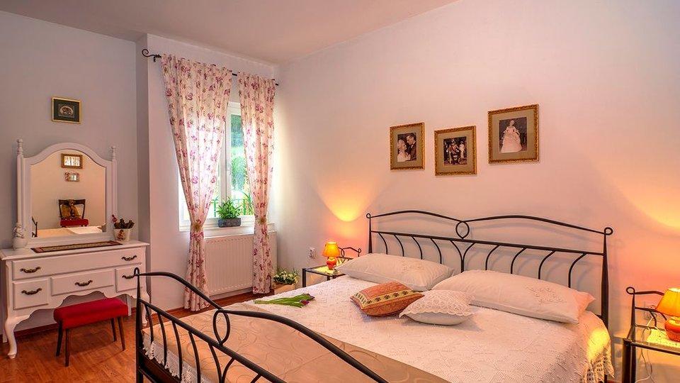 Schöne Villa mit Pool und geräumigen Gartem in der Nähe von Split!