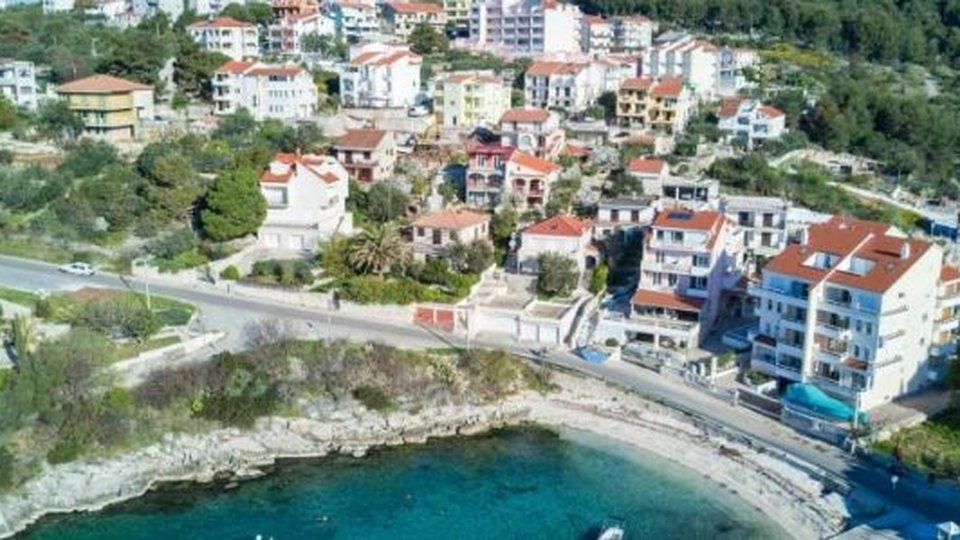 APARTMENT HOUSE WITH MANY POSSIBILITIES SITUATED ON ISLAND CIOVO!