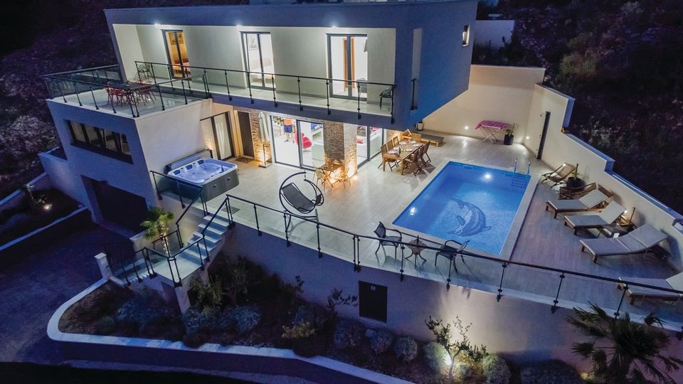 CONTEMPORARY LUXURY VILLA SITUATED IN AN IMPRESSIVE LOCATION, NEAR OMIŠ!