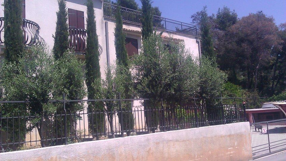 Schones Haus befindet sich 50 Meter vom Meer entfernt im Halbinsel Ciovo!