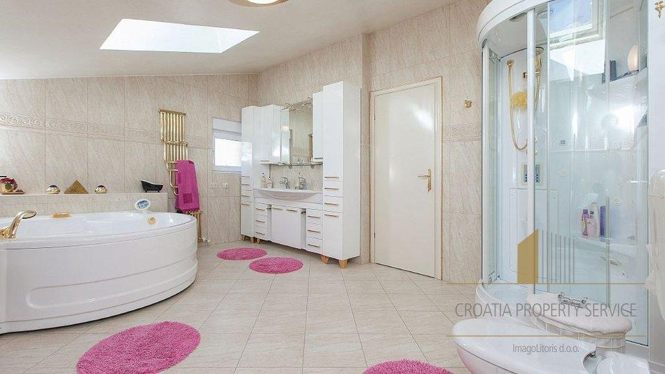 Royal-Stil Villa an der Makarska Riviera - sehr ungewöhnliches Design