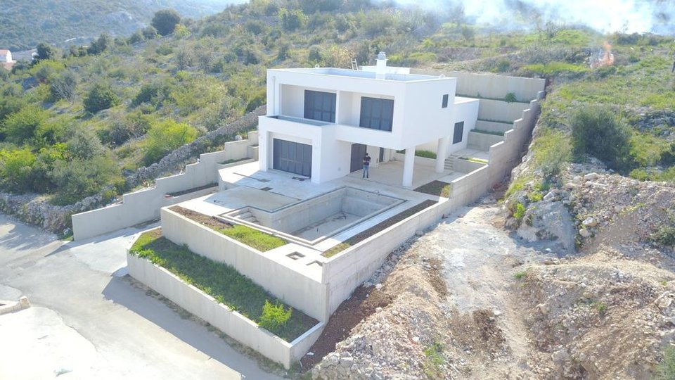 Novoizgrađena moderna vila s bazenom u Ražnju!