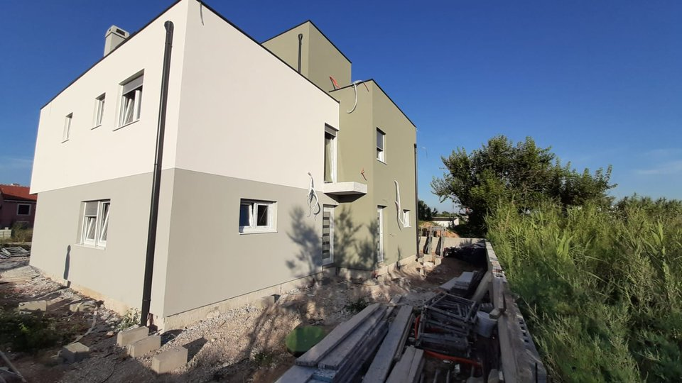 HOUSE WITH TWO TWO-STOREY APARTMENTS IN NIN!