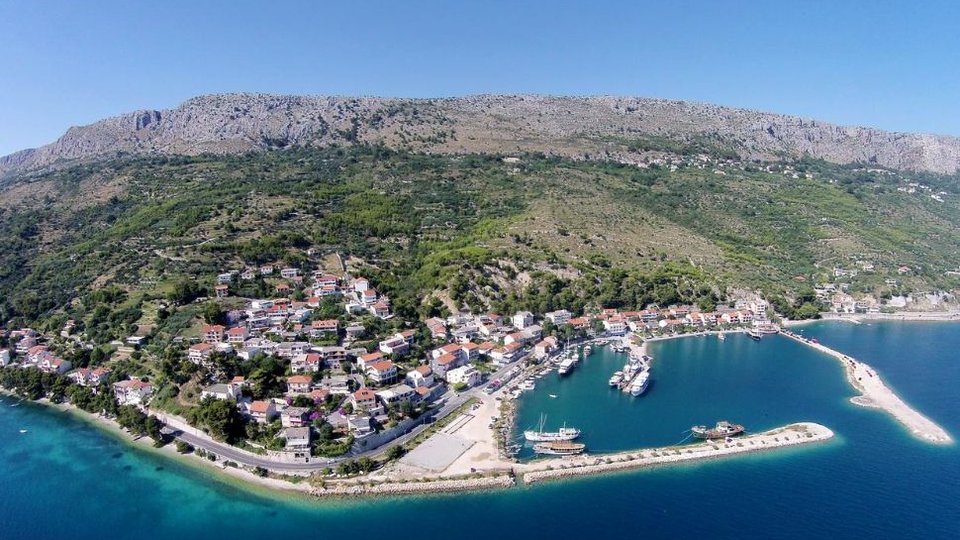 BUILDING LAND ACCOMMODATED ON THE HILL OF BEAUTIFUL OMIŠ AREA!