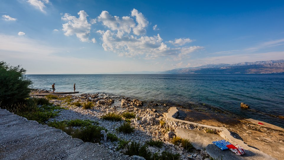 Prekrasna kamena vila u prvom redu do mora