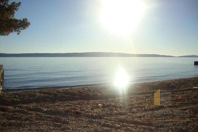 Vorteilhaftes Grundstück in erster Meereslinie in Kastela!