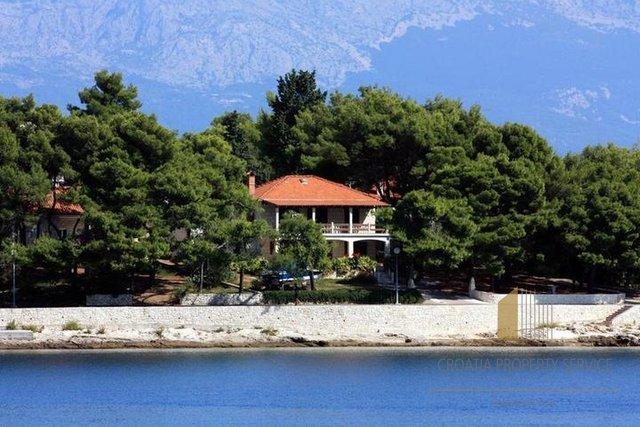 Lijepa kuća smještena na rivi u Sumartinu s lijepom plažom u blizini!