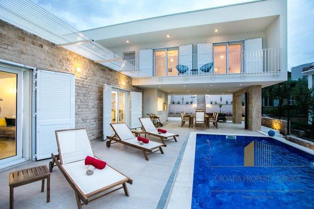 Novoizgrađena vila u okolici Rogoznice s bazenom, prvi red do mora!
