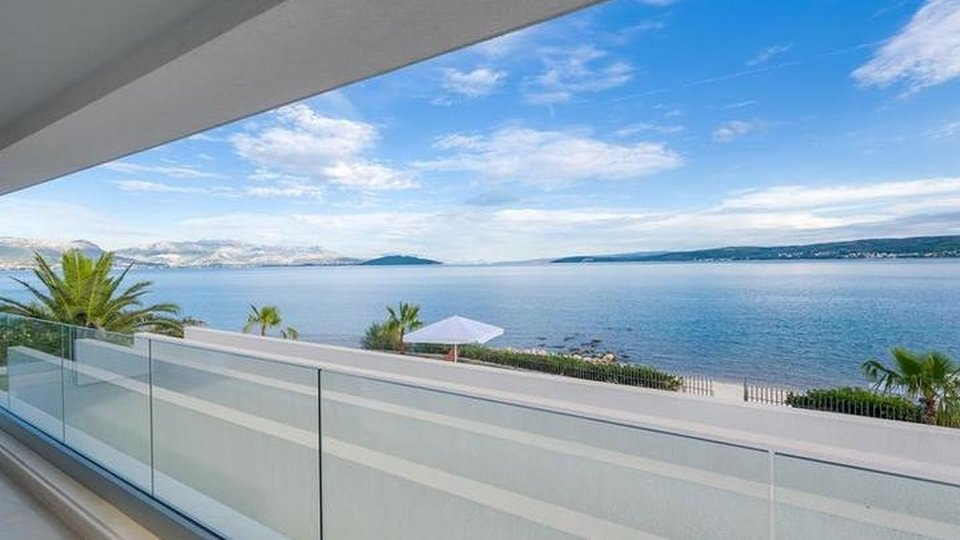 WOW-factor villa in close vicinity to Split - first line to the sea