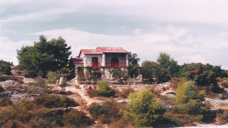 Attraktives Land mit einem Haus der ersten Reihe zum Meer, Šolta
