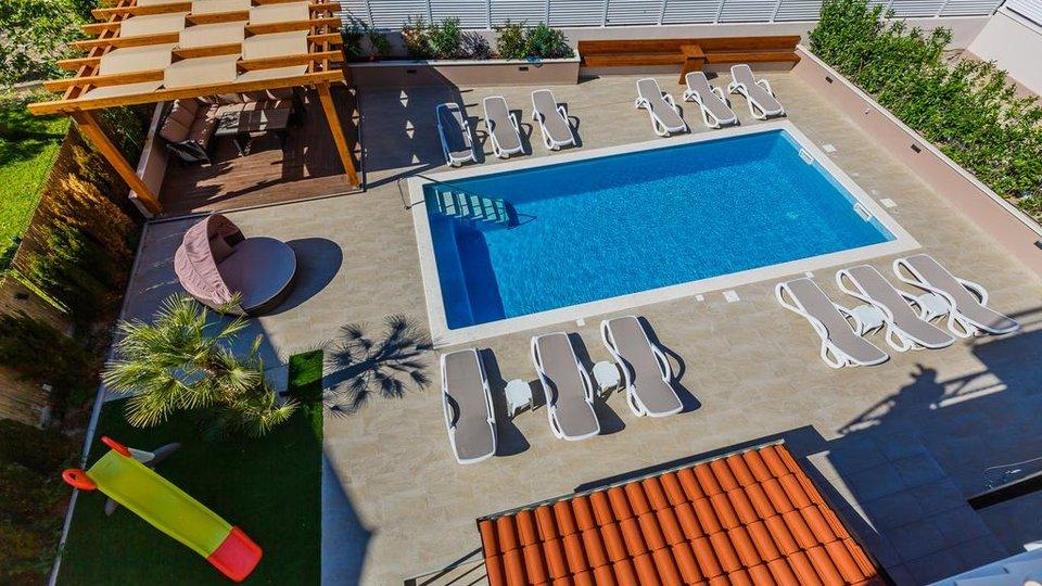 Vila s bazenom I pogledom na more, samo 200 m od mora – odlična investicija za najam!