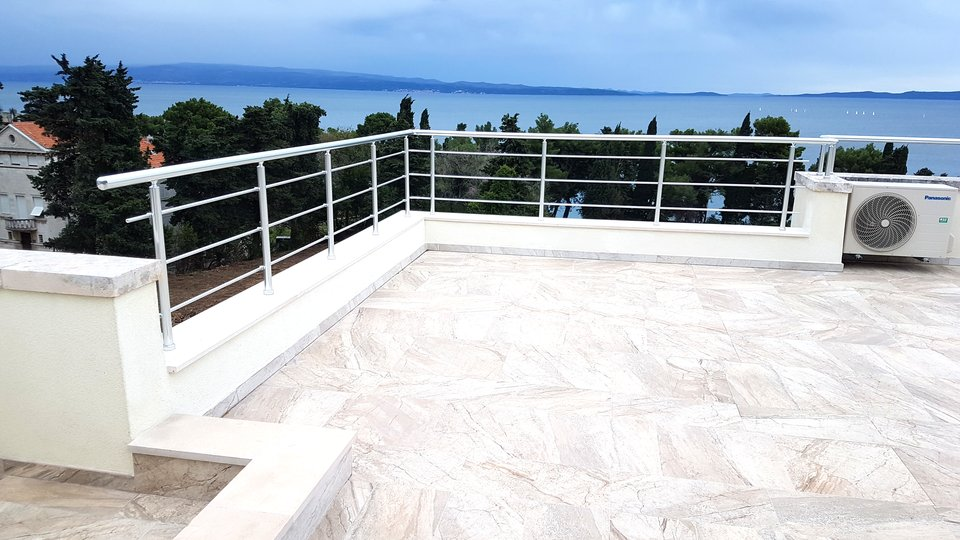 Two bedroom apartment with a roof terrace in Split, only 50 m from the sea. Attractive neighborhood - Meje – south