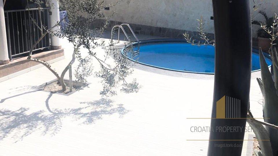 Apartmanska kuća s bazenom, 90 m od plaže