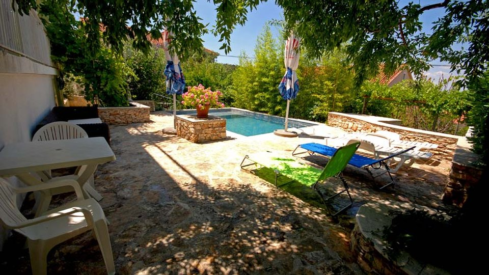 HOUSE WITH OUTDOOR POOL IN SUTIVAN, ON THE ISLAND OF BRAČ